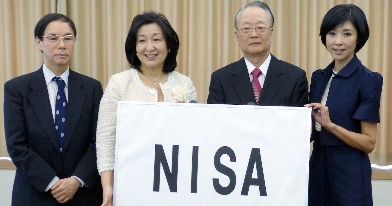 2013年、少額投資非課税制度の愛称「NISA(ニーサ)」を発表する日本証券業協会の前哲夫会長(当時、右から