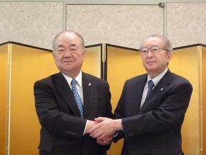 6月29日、東京都内で経営統合を発表したアークス横山清社長(左)とユニバ... 東日本小売りの雄