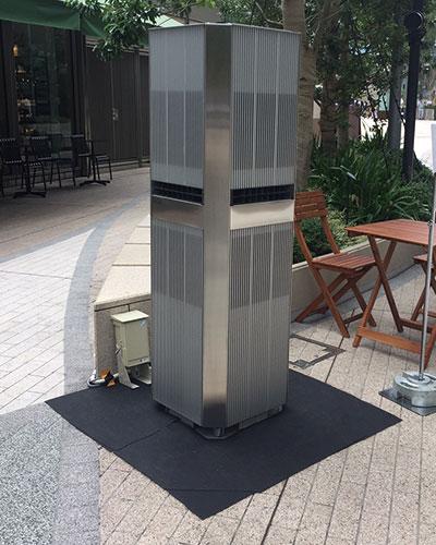 屋外用エアコンの効果を検証する様子。多少粗削りでも迅速に特徴ある製品を出すことで宣伝効果も期待