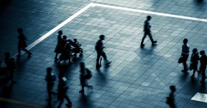 歩く人々のシルエット