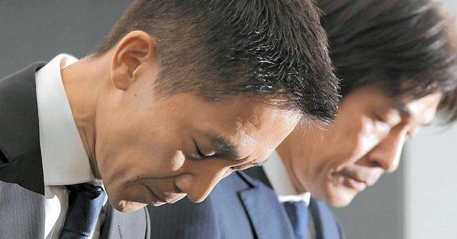 謝罪するリクルートキャリアの小林大三社長(左)