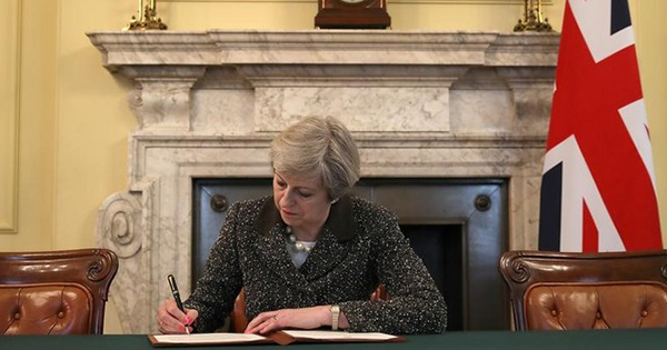 英がEU離脱正式通知、メイ首相「後戻りしない」