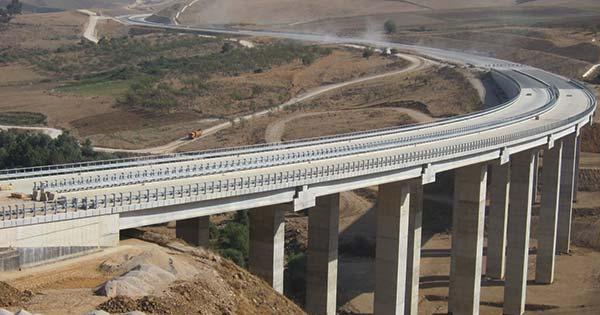 3工区あるアルジェリア高速道路工事のうち、鹿島JVはチュニジア国境に至る東工区を受注。トンネル14本な