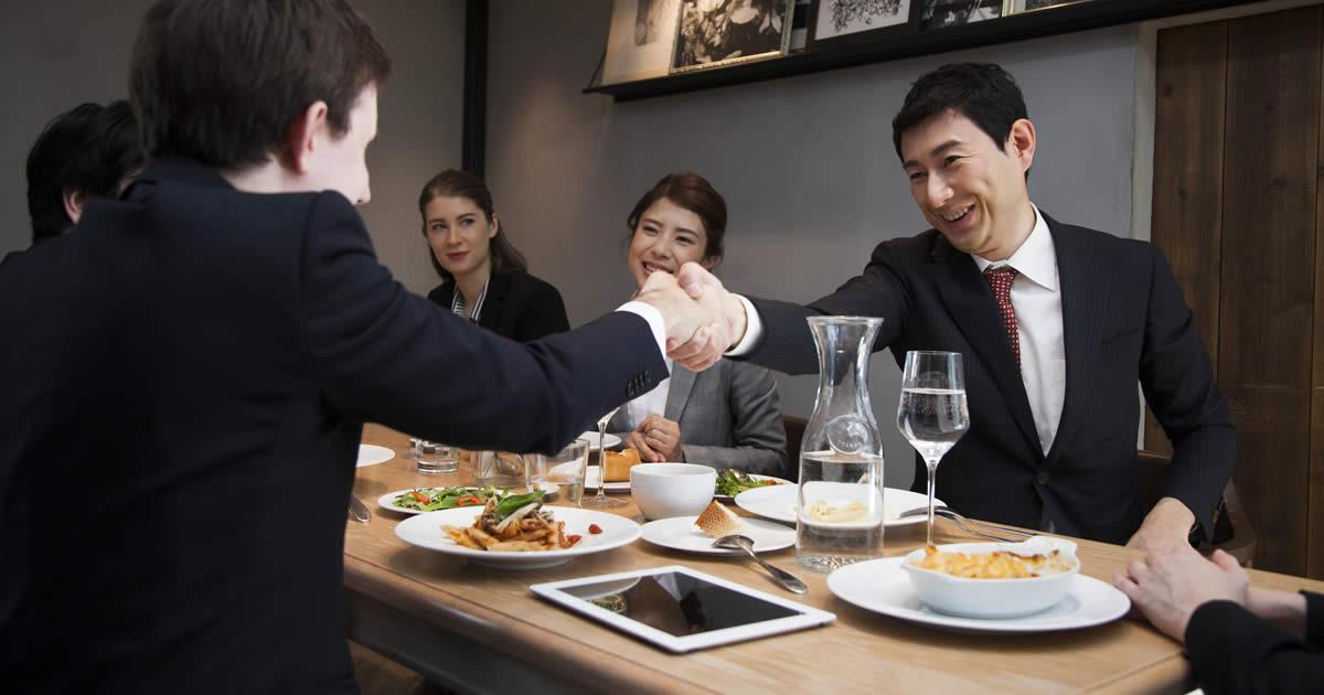 転職内定直前の「食事面接」に潜むワナ、リラックスは禁物!