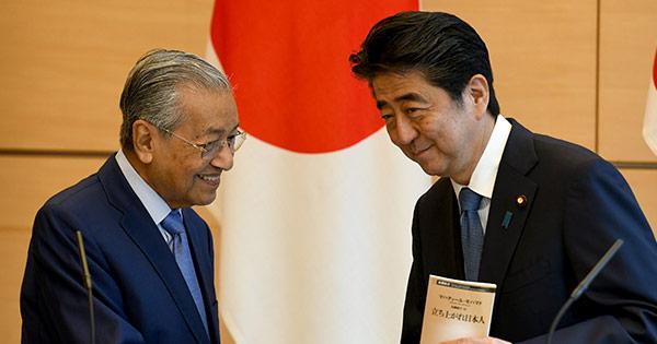 親日家のマハティール氏(左)が、首相復帰後の6月、初の外遊先に選んだのは日本だった  写真:代表撮影/