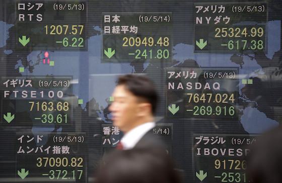 世界的な株安の状況を示す電光ボード(5月14日午前) Photo:JIJI