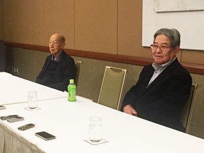 臨時株総後、「何とか買収を食い止めたかった」と肩を落とす武田和久氏(写真右)と原雄次郎氏