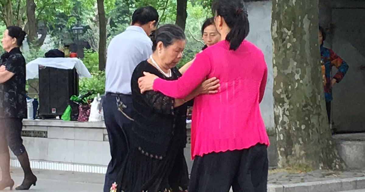 中国で高齢者の健康ブーム過熱、広場で若者との衝突まで生む背景