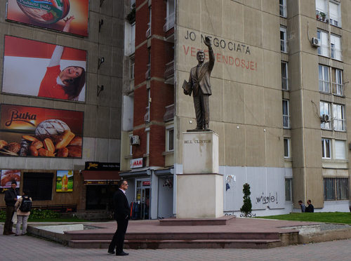 NATOによるベオグラード空爆を顕彰して立てられたビル・クリントン像 ... 橘玲の世界投資見聞