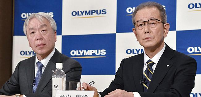物言う株主の取締役入りを表明したオリンパスの笹宏行社長(左)と竹内康雄副社長。同社は企業統治上の問題