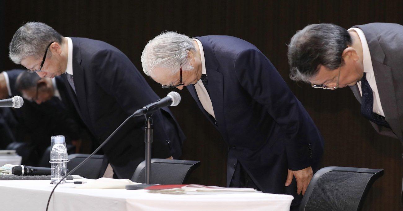 かんぽ生命保険の不適切販売問題で頭を下げる日本郵便の横山邦男社長(左)、日本郵政の長門正貢社長(中央