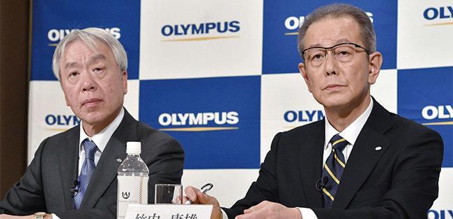 オリンパスの笹宏行社長(左)と竹内康雄副社長(右)