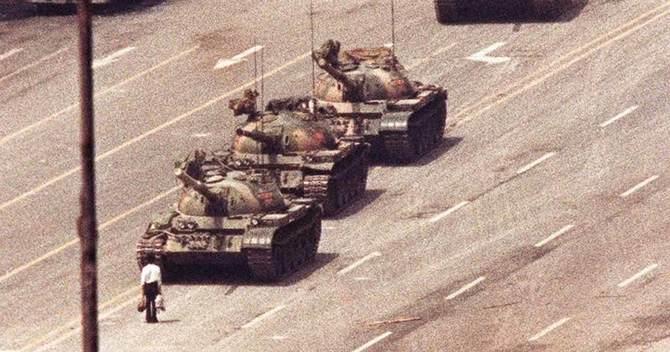 1989年6月5日、北京で戦車の前に立ちはだかる男性