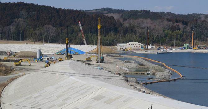 南三陸町の沿岸では、防潮堤の建設が急ピッチで進む