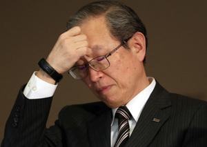 昨年12月27日の緊急会見で厳しい表情をみせる綱川智社長。「適切だった」と強弁するS&Wの買収が損失の根源