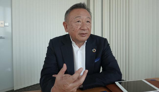 インタビューを受ける岩田彰一郎社長