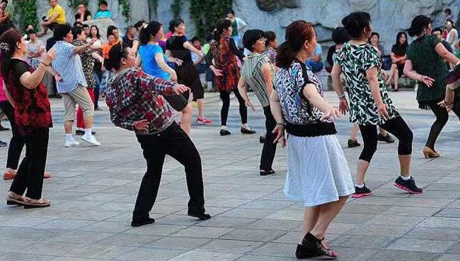 """高齢者女性が広場で行う「広場ダンス」は""""迷惑行為""""とみなされ、トラブルとなるケースが増えてつつあるという Photo:中国のSNSより"""