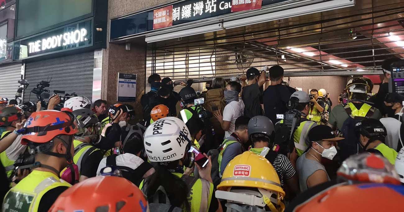 香港デモ現場ルポ、SNSで「武装」し警察と戦う市民