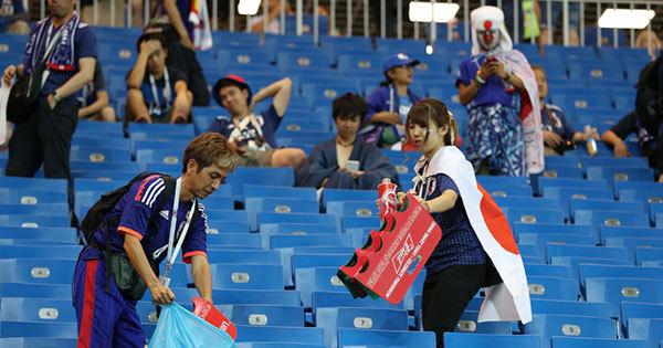 決勝トーナメント1回戦後、ゴミ拾いをする日本人サポーター