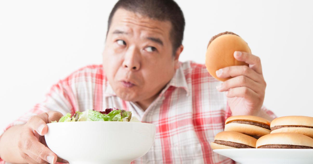 ラーメンにハンバーガー…中年男性とファストフードの「距離感」5人の複雑心理(上)