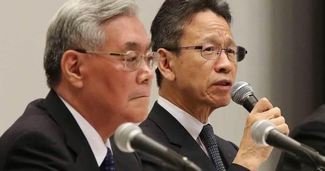 記者会見する関西電力の岩根茂樹社長(右)と八木誠会長