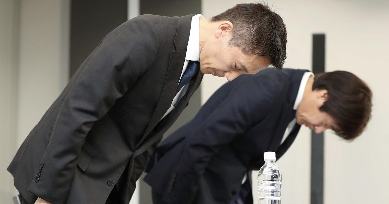 就活生の内定辞退率予測データの販売問題で謝罪する、リクルートキャリアの小林大三社長(左) Photo:JIJI