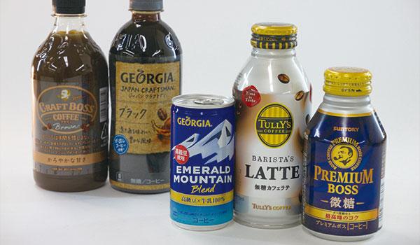 氷だけ残ったコンビニのカウンターコーヒーに、一緒に買っておいたボトル型アルミ缶コーヒーをつぎ足すとい
