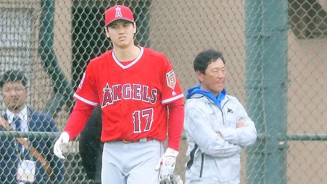 今春、日ハム栗山監督監督(右)はキャンプ地を訪れ大谷の打撃練習をチェックした