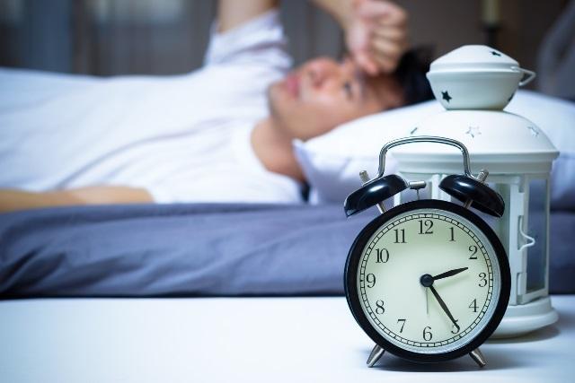 寝る前にメール・LINEを確認してはいけない2つの理由
