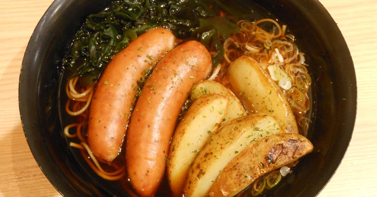 元住吉の立ち食いそば屋で、ドイツのフランクフルトソーセージと日本蕎麦が合体。丼の中の日独交流!?