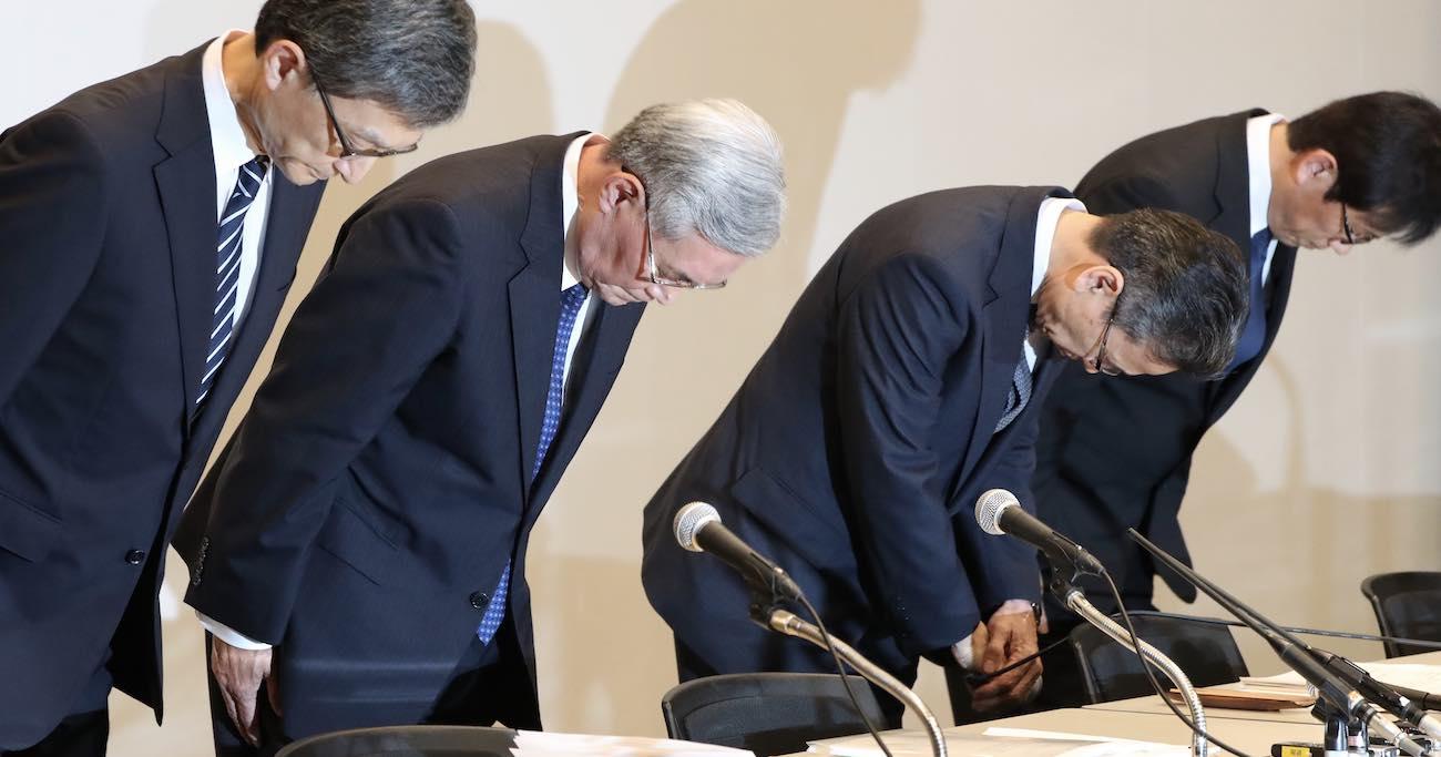 10月2日、金品受領問題を巡る記者会見で頭を下げるる関西電力の八木誠会長(左から2人目)、岩根茂樹社長(
