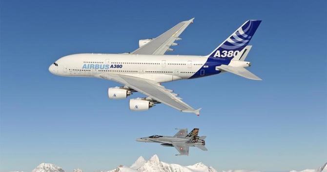 スイス東部上空を試験飛行するエアバスA380