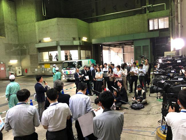 7月18日の記者会見は、市川市クリーンセンターの焼却炉前。大勢のメディアが詰めかけた。