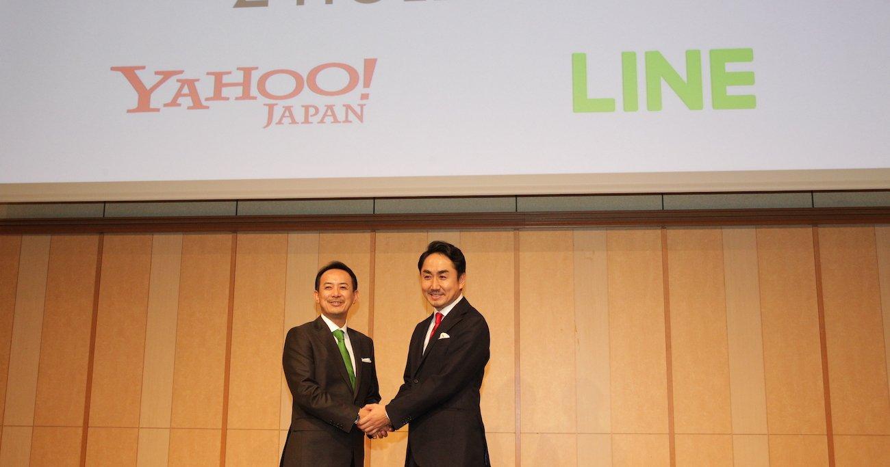 ZHDの川邊健太郎社長(左)は緑、LINEの出澤剛社長は赤と、互いの企業のイメージカラーのネクタイを着用し