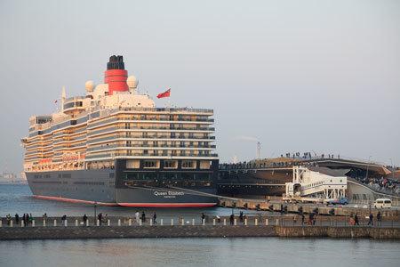 横浜港停泊中の豪華客船『クイーン・エリザベス』