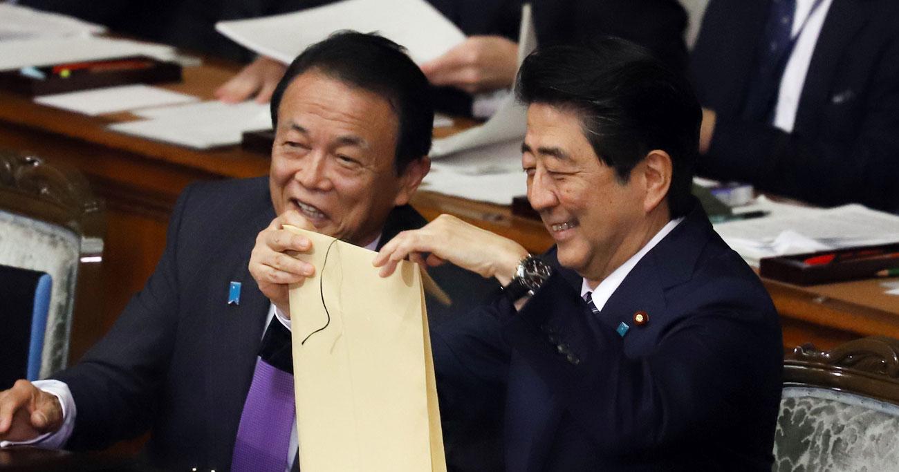 安部晋三首相と麻生太郎副総理への「忖度」で、塚田一郎国土交通副大臣は辞任した Photo:つのだよしお/ア