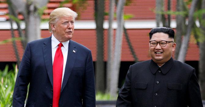 米朝首脳会談で、会場のホテル内を散策さるトランプ大統領と金正恩委員長