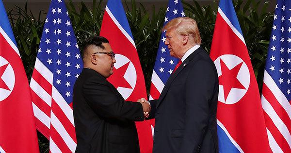 トランプ米大統領(右)と北朝鮮の金正恩・朝鮮労働党委員長(左)