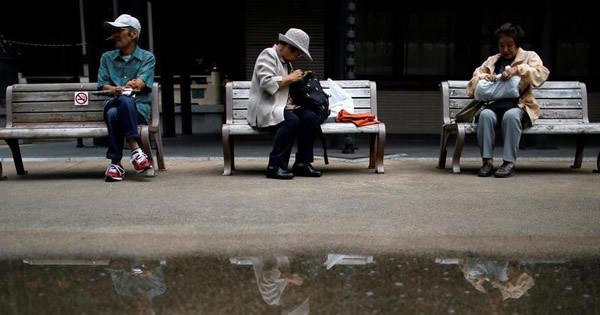 消費停滞に高齢者の節約志向、背景に長生きリスク