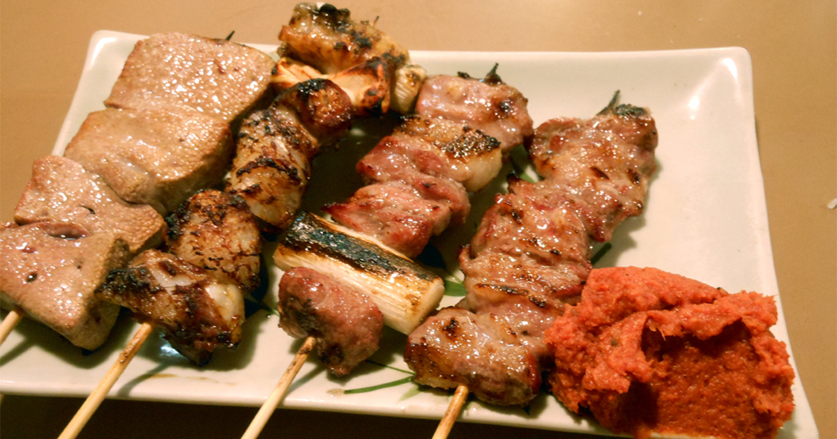 安い酒場のメッカ、新宿西口の横丁でもつ焼きの職人芸を味わう
