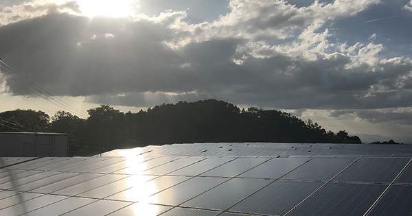 太陽を浴びるソーラーパネル