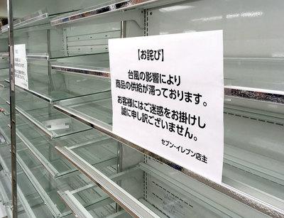 被災しなかった首都圏のコンビニは営業を再開したが、棚が空っぽというケースも見られた