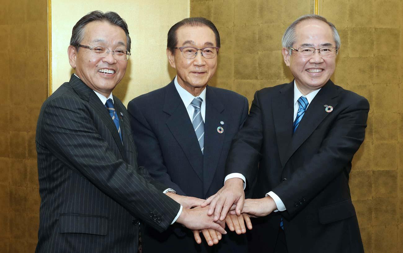 「信頼できる会社に託したい」というファンケルの池森賢二会長(中)のラブコールに、キリンHDの磯崎功典社
