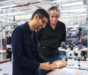 グーグルのサンダル・ピチャイCEO(左)の隣に立つのが、量子コンピューターのキーパーソン、米カリフォルニア大学サンタバーバラ校のジョン・マルティニス教授