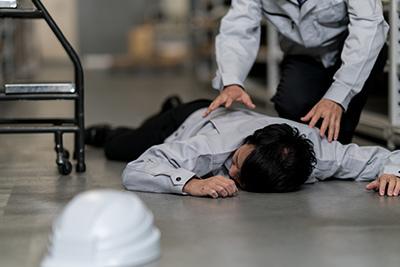 職場で倒れる男性
