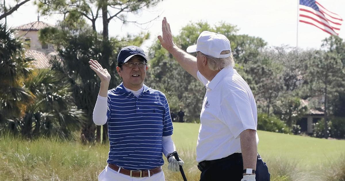 安倍・トランプ「ゴルフ外交」議論噴出に見る距離感の難しさ
