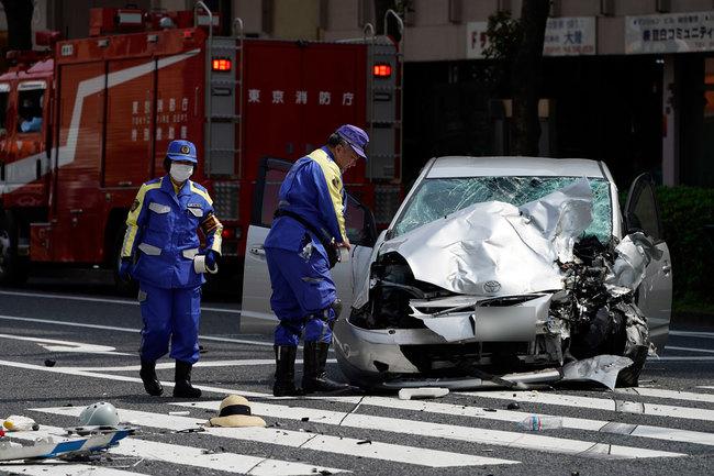 高齢ドライバーによる暴走事故が社会問題化している。池袋事故/事故現場を調べる警察官
