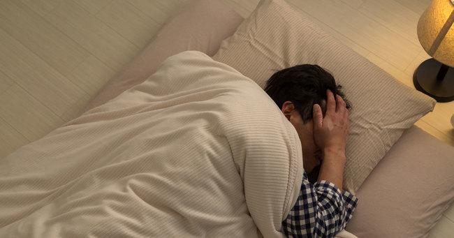 冬季うつは、不眠や虚飾といった一般的なうつ病とは真逆の症状が出ます。