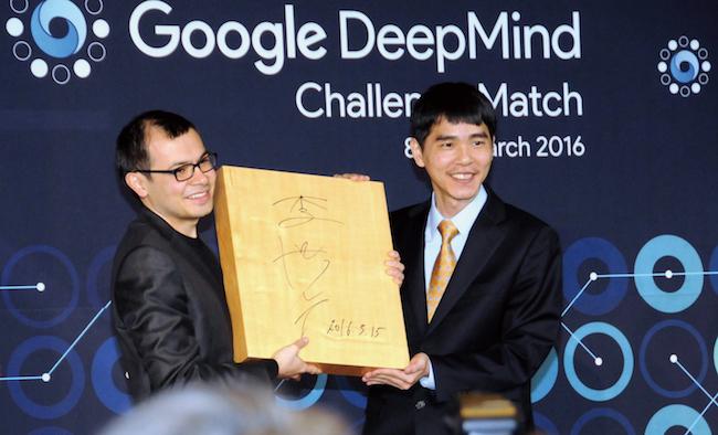 2016年3月、「アルファGo」が、世界トップ棋士のイ・セドル氏(右)に勝利しました。