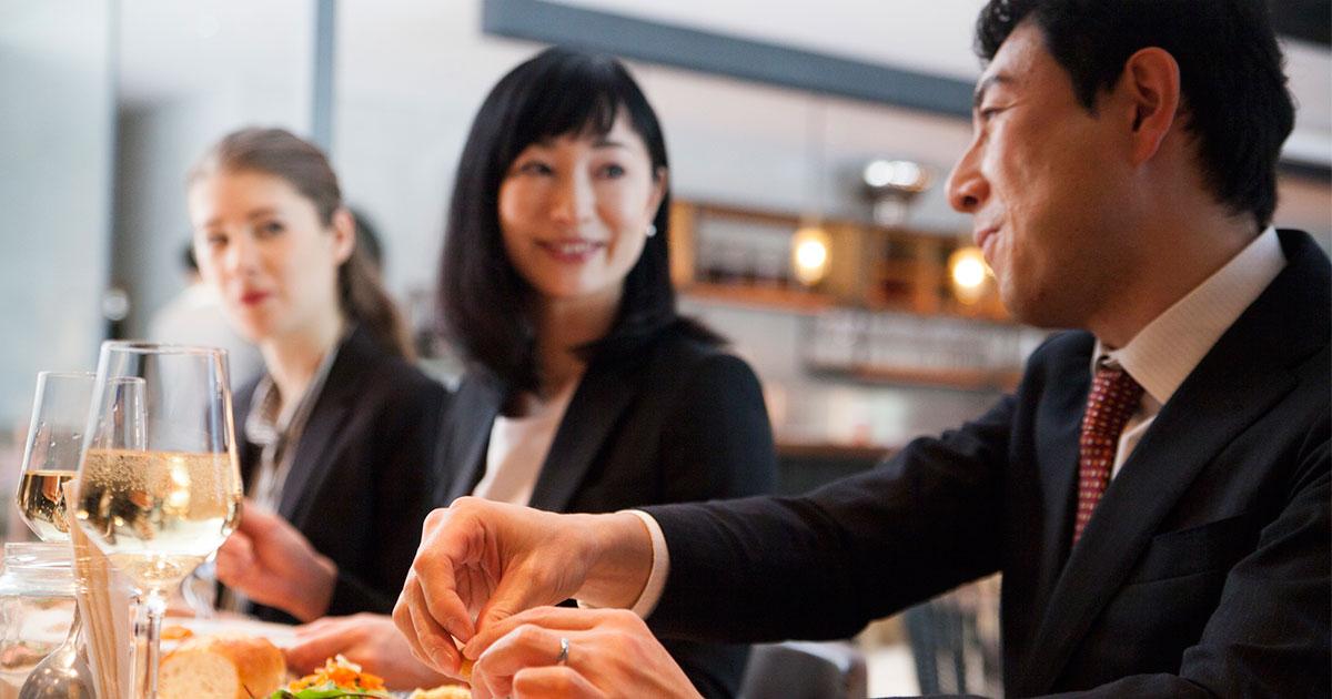 ランチやディナーは、会社の同僚と行ってはいけない